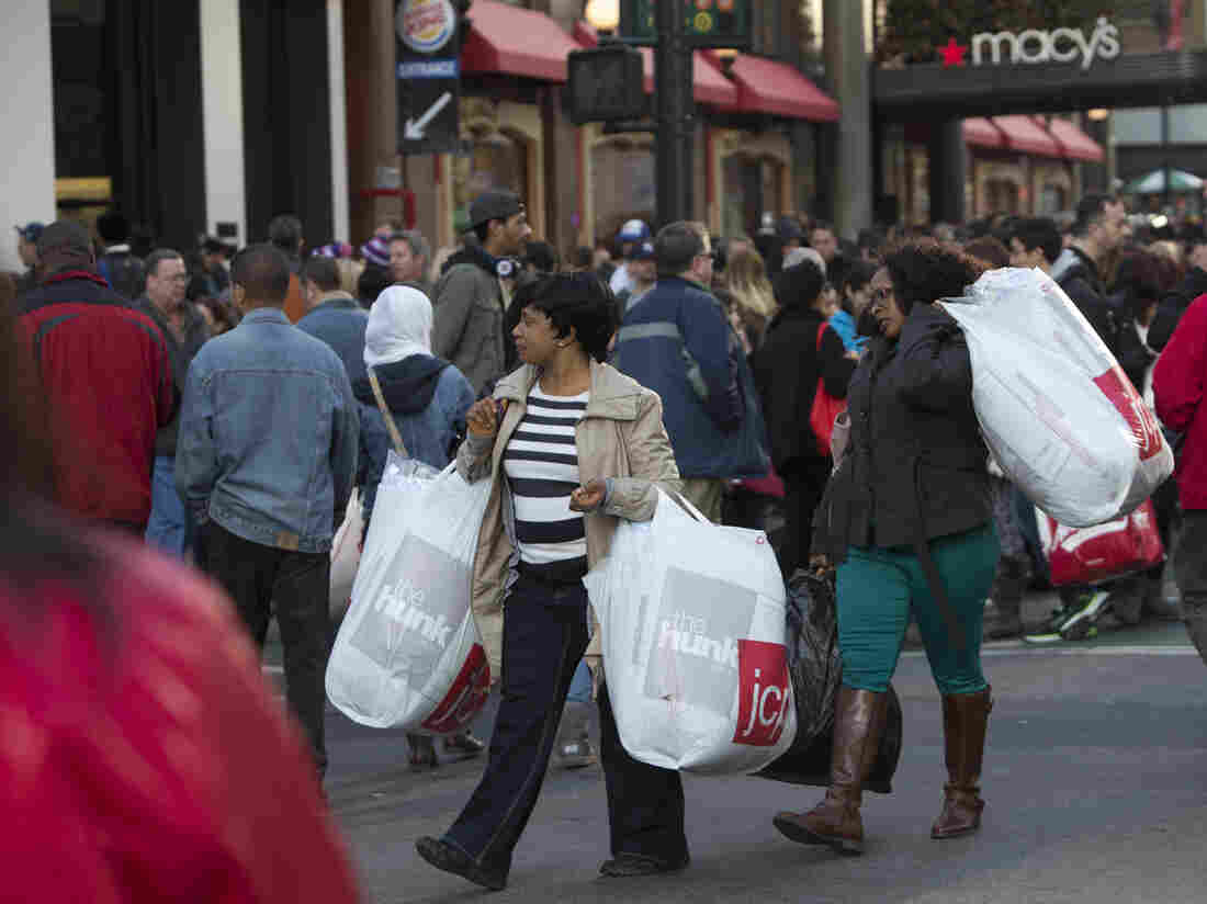 The Christmas shopping season could be harmed if the fiscal cliff fight depresses consumer confidence, according to a new report from Obama administration economists.