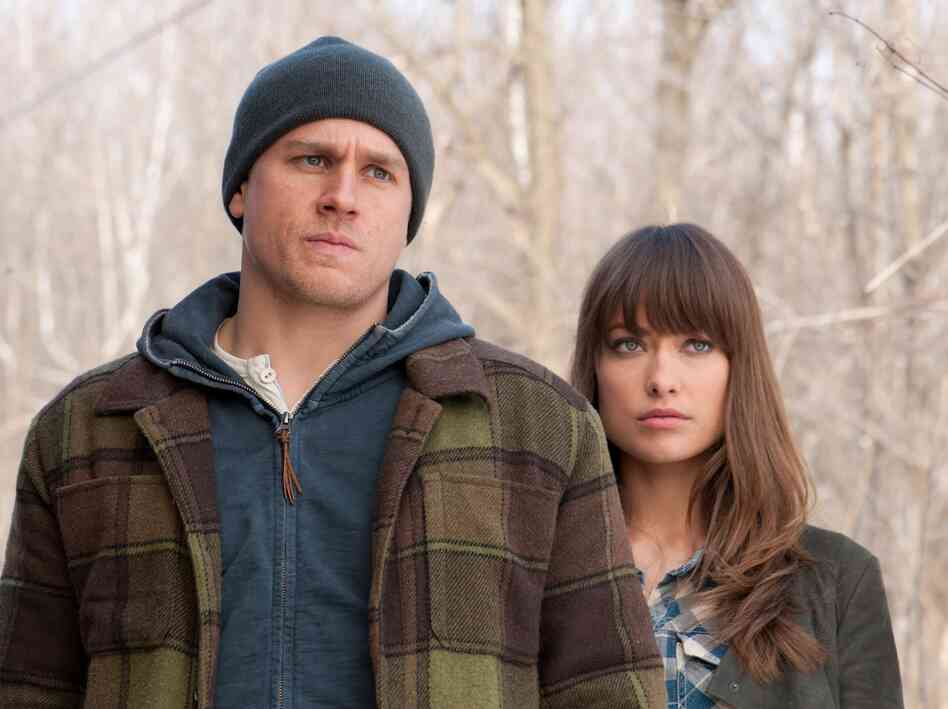 Jay (Charlie Hunnam) comes across Liza in the cold and takes her in.