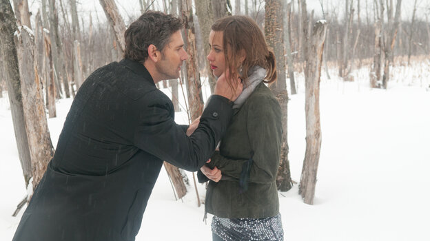 Addison (Eric Bana) and Liza (Olivia Wilde) run for the Canadian border after a casino heist gone wrong.