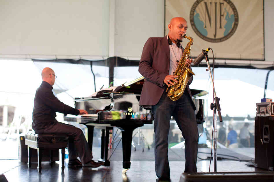 Saxophonist Miguel Zenón performs with pianist Laurent
