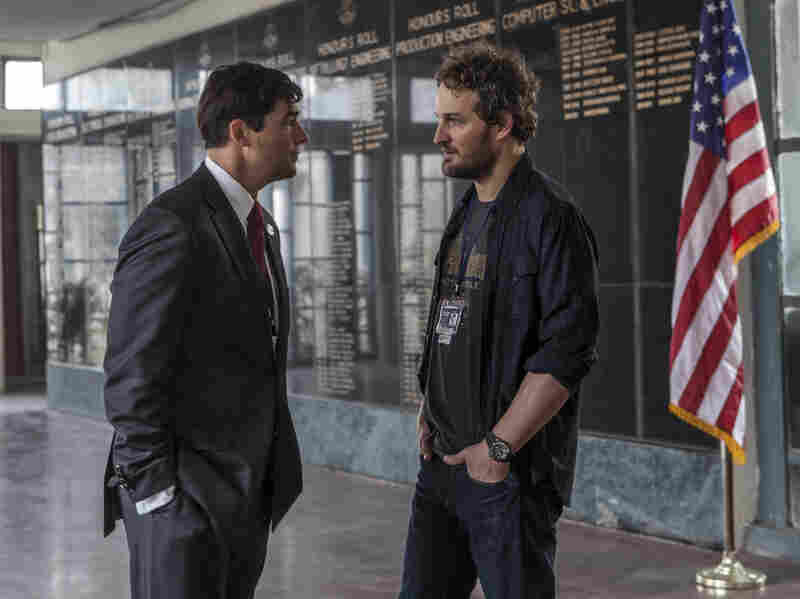 CIA operative Joseph Bradley (Kyle Chandler) discusses a sensitive operation with Dan (Jason Clarke).