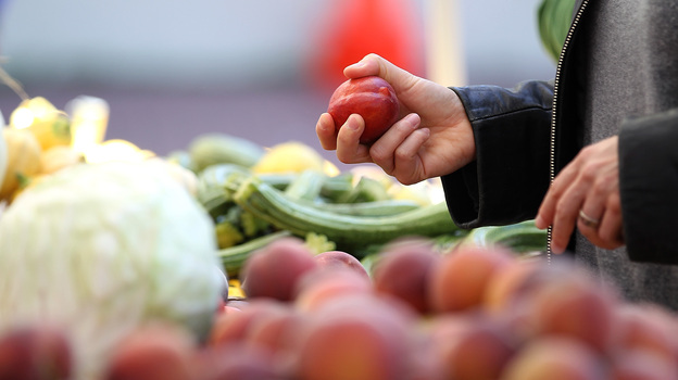 A customer shops for nectarines at a farmers market in San Francisco. (Getty Images)