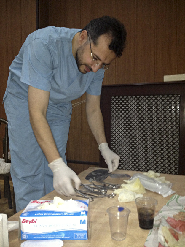 Dr. Mazen Kewara, an American vascular surgeon, trains Syrian doctors during a workshop in Antakya,Turkey. (NPR)