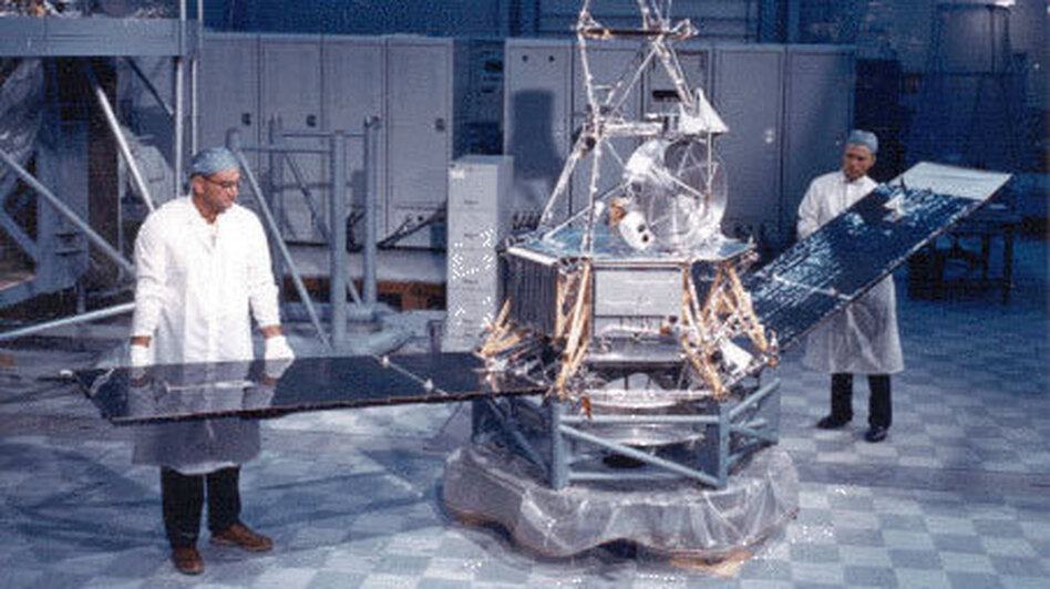 The Mariner 2 probe at an assembly facility in Cape Canaveral, Fla., on Aug. 29, 1962. (NASA/JPL/Caltech)