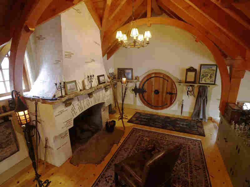 A team of craftsmen, including blacksmith Matt Harris, helped build Donovan's hobbit-hole. Harris contributed the iron hinge for the house's circular door.