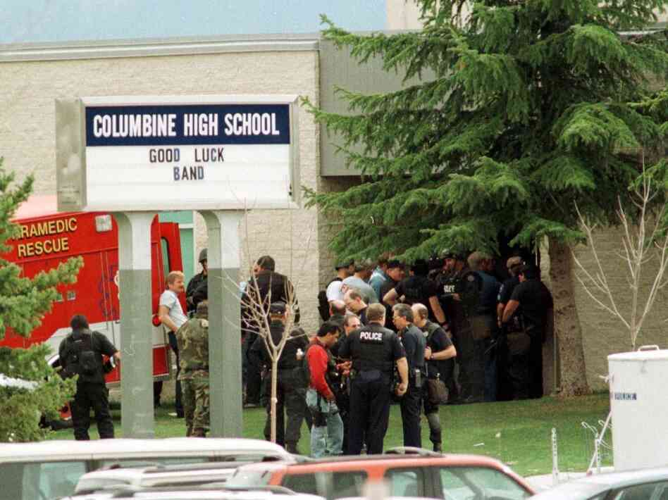 the tragedy the befalls columbine high school At columbine high school in littleton, colorado, two teens went on a shooting  spree on april 20, 1999, killing 13 people and wounding more than 20 others.