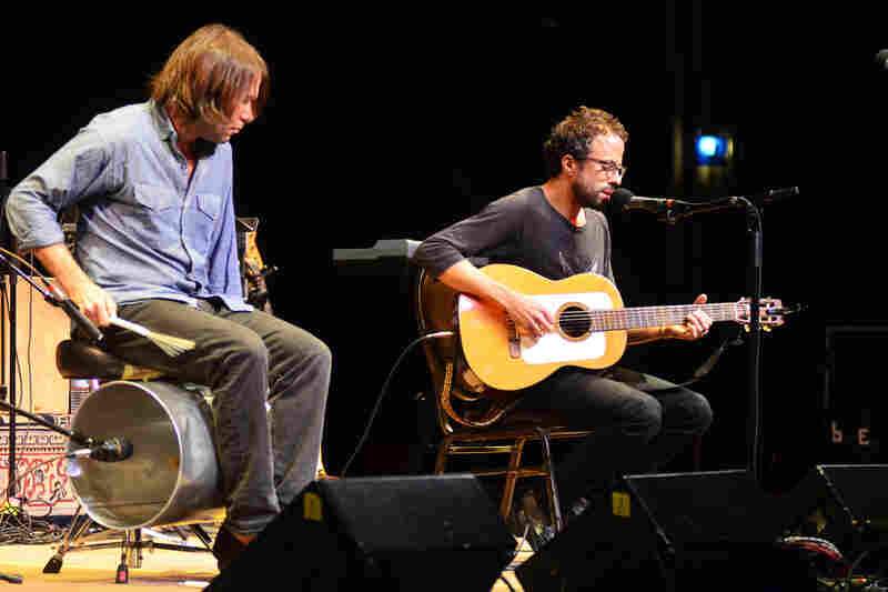 Jesse Harris plays with percussionist Bill Dobrow.