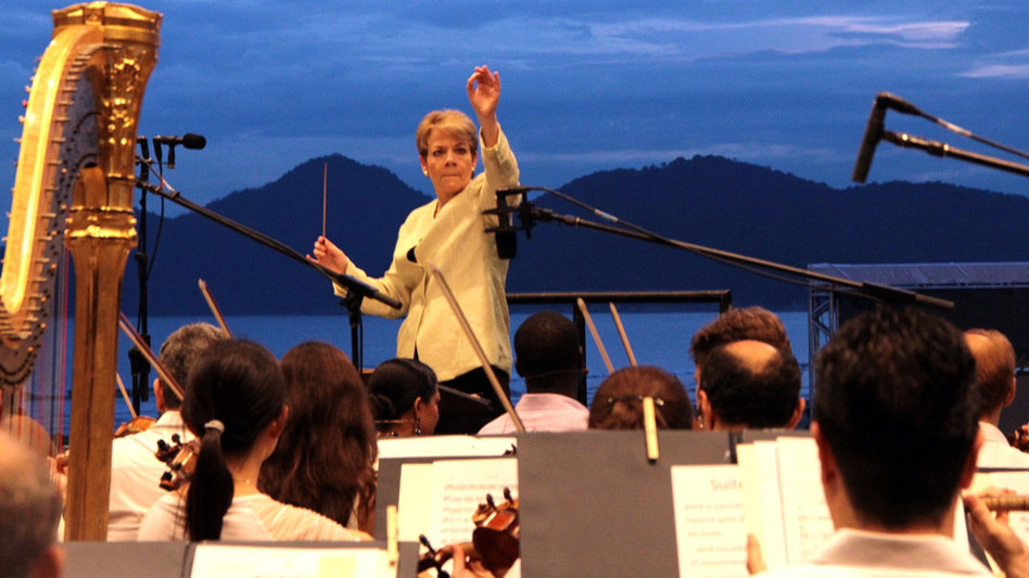 Marin Alsop conducted the Sao Paulo Symphony Orchestra in a beachfront concert Sunday for 20,000 people in Santos, Brazil. (Desiree Furoni )