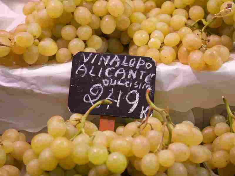 The traditional variety of grape consumed at the start of the new year is called Aledo. The grapes mature late are not harvested until November and December.