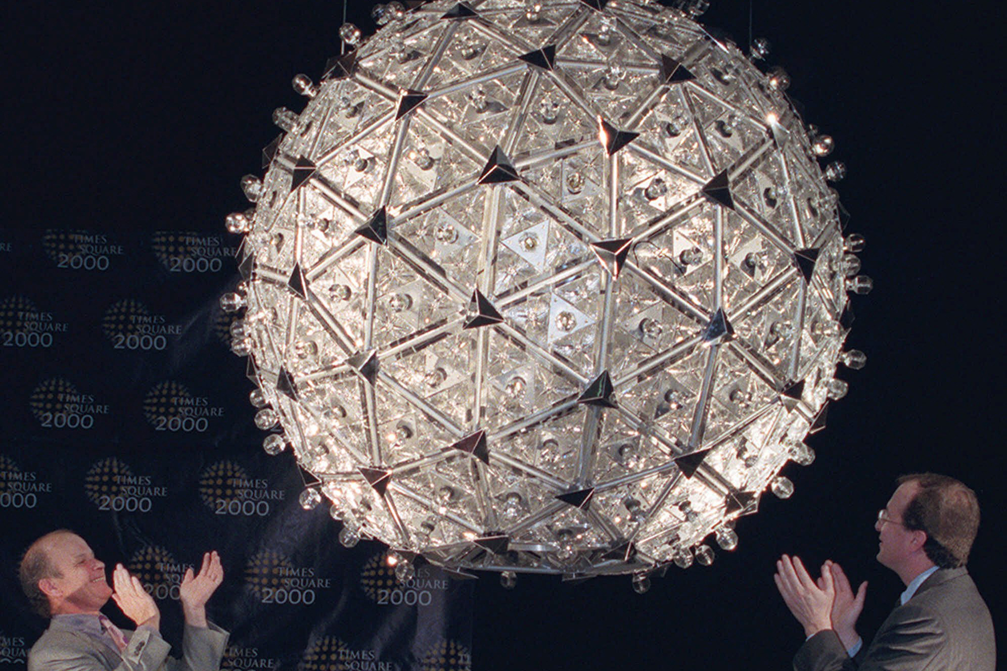 The millennial crystal at its unveiling in 1999. In addition to the 504 triangular crystals, it contained 600 multicolored light bulbs, 96 strobe lights and 92 rotating pyramid mirrors.