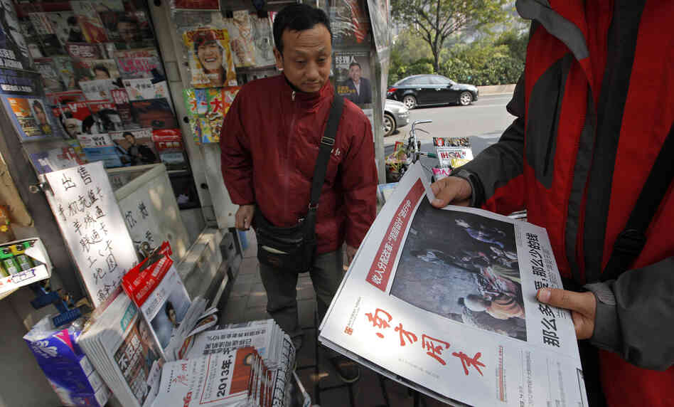 A man buys the latest edition of Southern Weekly at a newsstand near the newspaper's headquarters in Guangzhou, Guangdong province, China, on Thursday. The staff at the influential weekly rebelled to protest censorship by government officials;