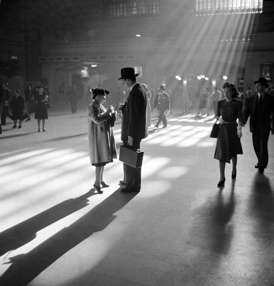 A man and woman talk together in Grand Central's main concourse in October 1941. (AP)
