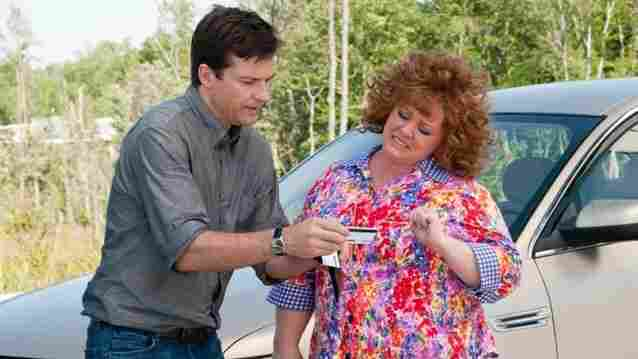 An overextended Sandy (Jason Bateman) must prevent the raunchy Diana (Melissa McCarthy) from continuing to use his identity as a financial crutch in Identity Thief.
