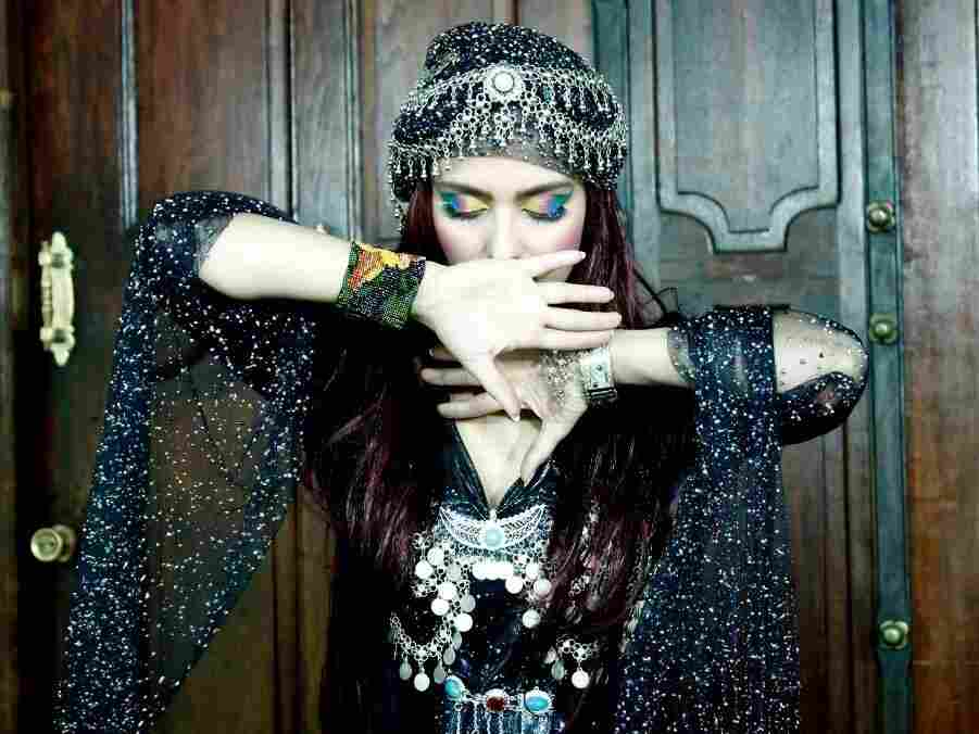 Strict laws made it impossible for the Iranian singer Hani to pursue her dream in her home country.