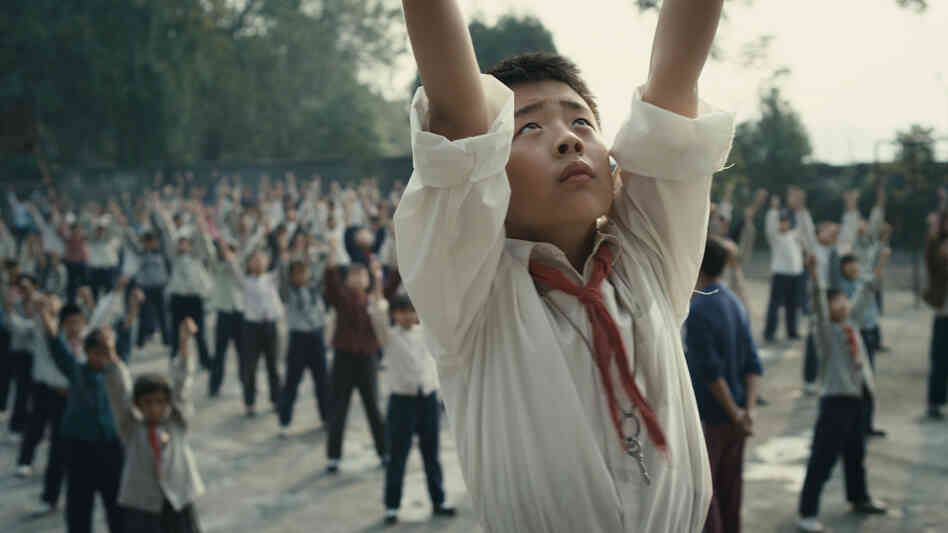 Wang Han (Liu Wenqing) is given the honor of leading his schoolmates in daily calisthenics, but the honor poses hurdles for his struggling family.