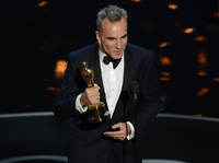 Daniel Day-Lewis accepts the Oscar for best actor in <em>Lincoln.</em>