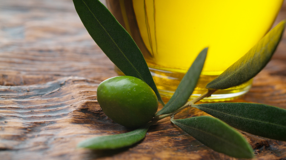 Don't hold back on the olive oil, a Spanish study concludes. (iStockphoto.com)