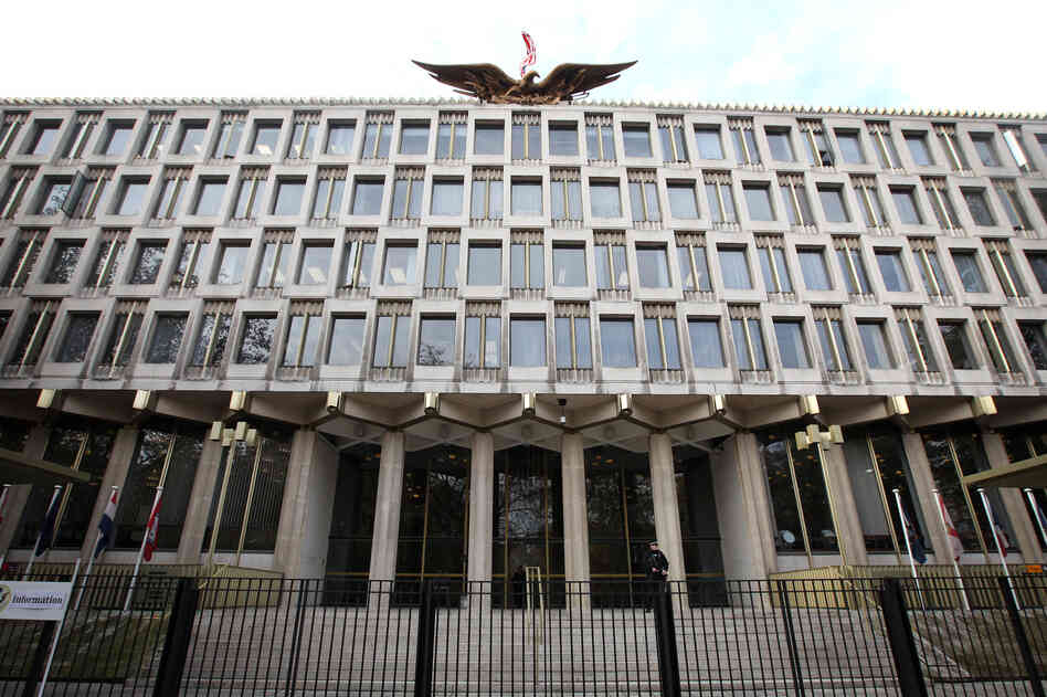 The current U.S. Embassy in central London was designed by Finnish-born American architect Eero Saarinen in 1960. Saarinen also designed the St. Louis Gateway A