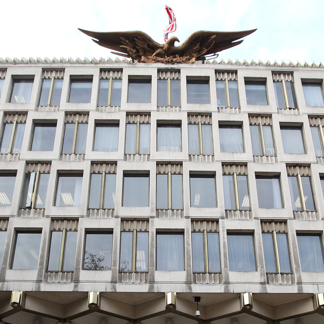 The current U.S. Embassy in central London was designed by Finnish-born American architect Eero Saarinen in 1960. Saarinen also designed the St. Louis Gateway Arch.