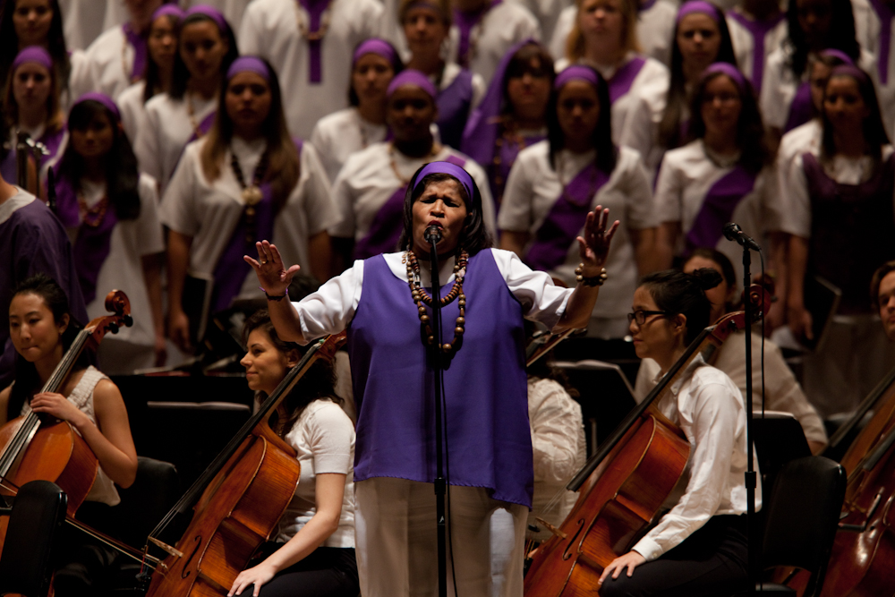 Vocalist Gioconda Cabrera with the local choristers, and the cello section of Orquesta Pasion.