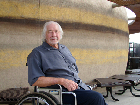 Surintendant Robert Duffy, montré ici en dehors de l'école Robert L. Duffy Haute à Phoenix, dit Applied Scholastics est un outil efficace.  Duffy dirige un quartier charte six école d'environ 1000 étudiants.
