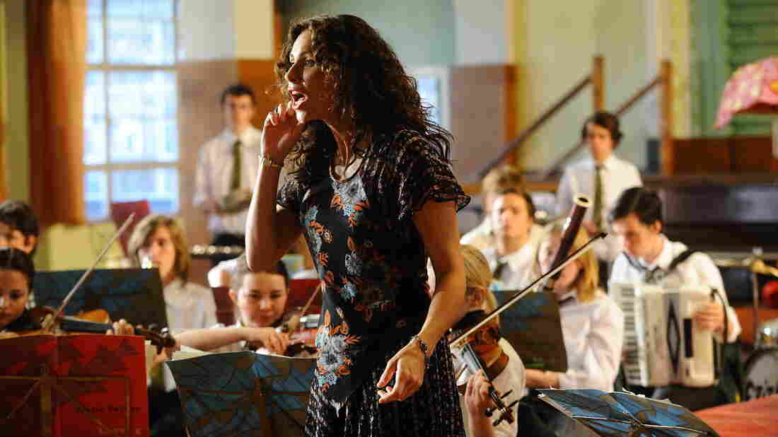Free-spirited drama teacher Viv (Minnie Driver) hopes to use a summer musical production of The Tempest to give her students a chance to express themselves in Hunky Dory.