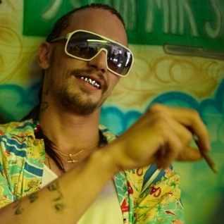 Wanna-be gangsta rapper and drug lord Alien (James Franco) takes the vacationing college students under his wing after they get arrested during their spring break.