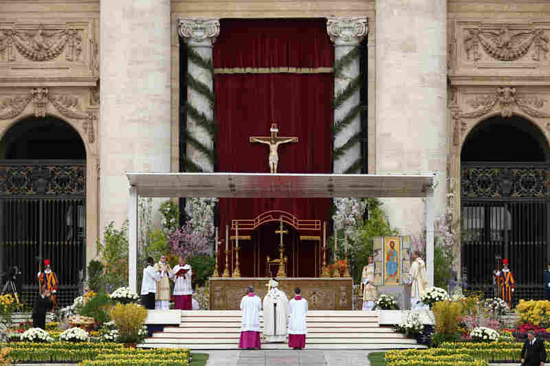 Before delivering his Easter message, Pope Francis celebrated Easter Mass on the esplanade in front of the basilica.