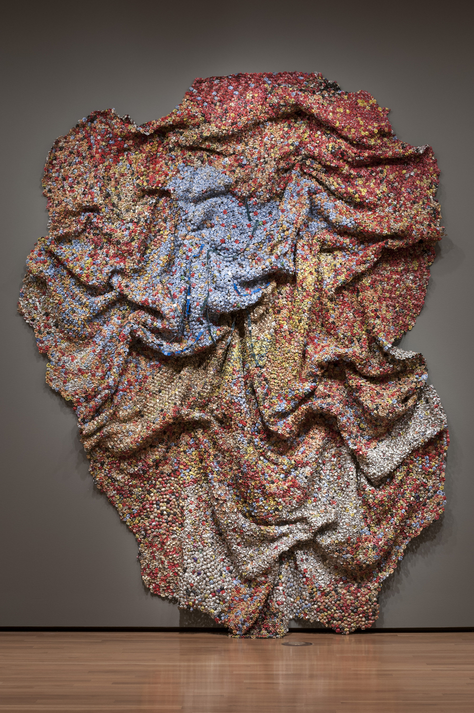 Amemo (Mast of Humankind) by El Anatsui, 2010. (Courtesy the artist, Jack Shainman Gallery, New York, and the Akron Art Museum)