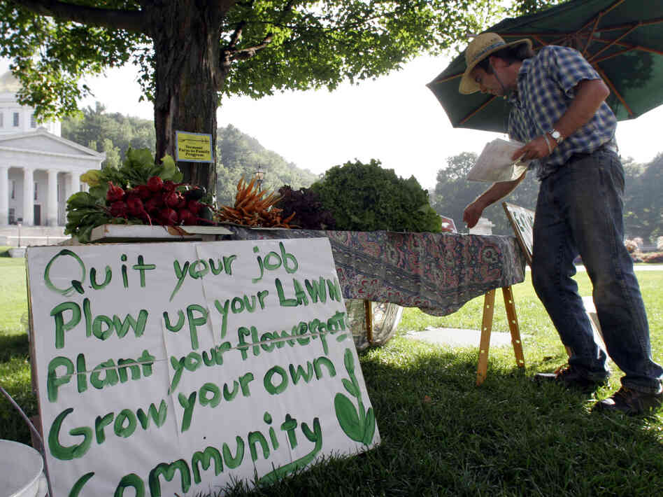 Grower Duffy Gardner of Cabot, Vt., sets up his produce stand in front of the statehouse in Montpelier in 2006.