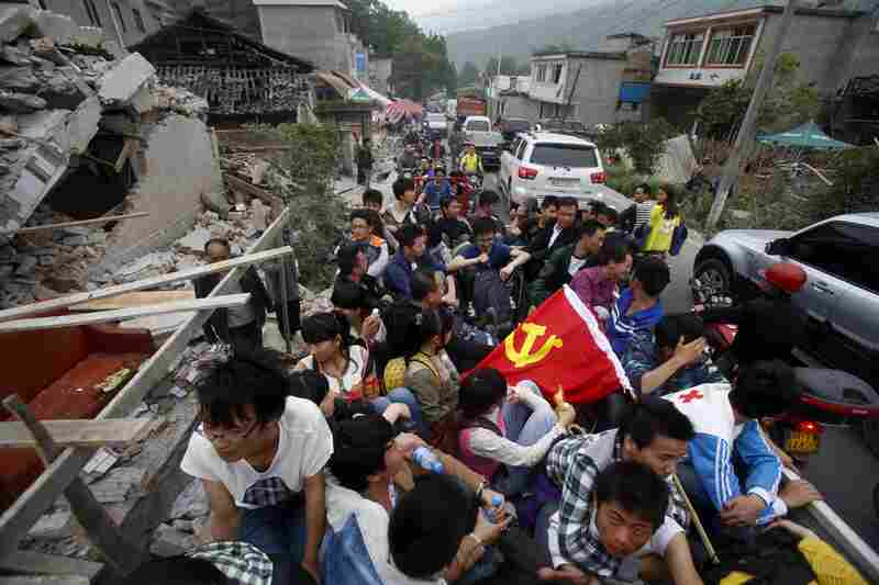 Volunteers enter Longmen township in Ya'an, southwest China's Sichuan Province, on Sunday.