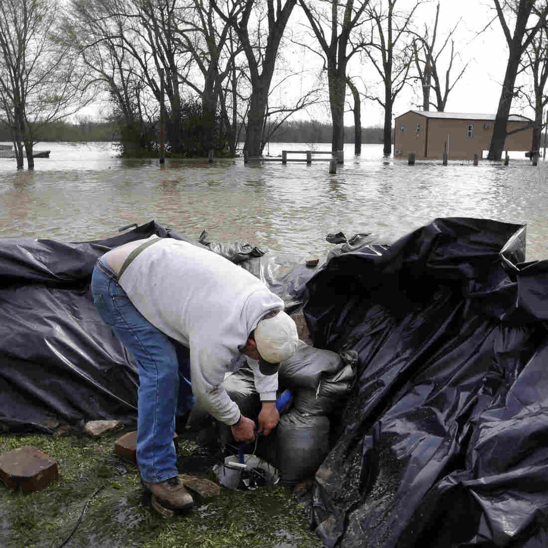 Midwest River Towns Ready Themselves For Cresting Floodwaters