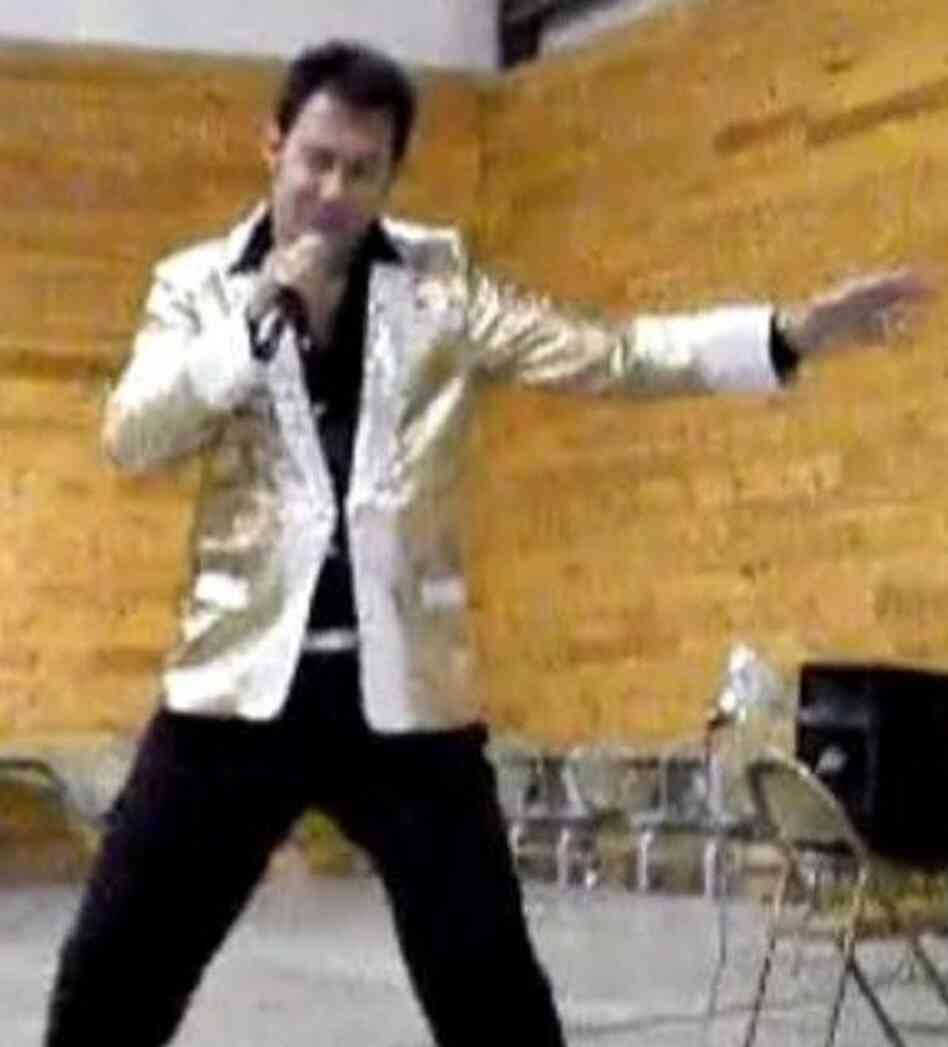An image from a video on a YouTube channel where Paul Kevin Curtis has posted clips of his performances — in this case, as Elvi
