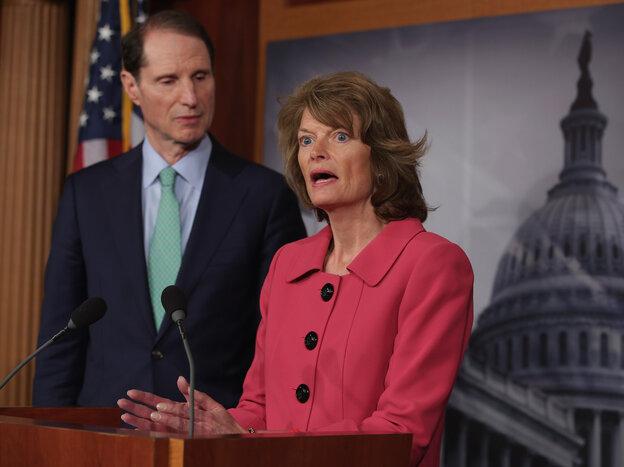 Senators Lisa Murkowski, an Alaska Republican, and Ron Wyden, an Oregon Democrat, discussing their new campaign finance legislation at an April 23, 2013 Capitol Hill news conference.