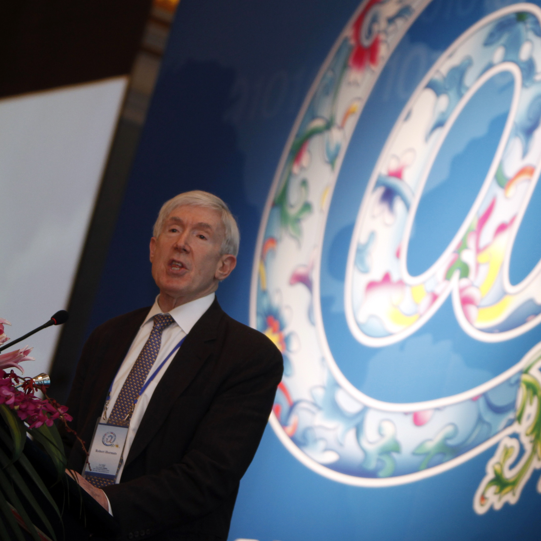 Robert Hormats, U.S. undersecretary of state for economic growth, energy and the environment, delivers a speech at the 6th U.S.-China Internet Industry Forum in Beijing on April 9. He warns that theft of intellectual property has become a major source of mistrust.