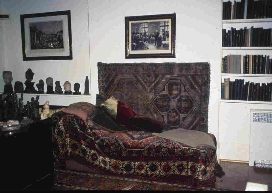 The famous couch used by psychoanalyst Sigmund Freud was on display at his former home in London in 1986.