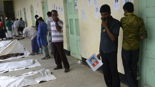 Relatives on Sunday attempt to identify the bodies of loved ones following from the collapse of Rana Plaza in Savar, on the outskirts of Dhaka. (AFP/Getty Images)