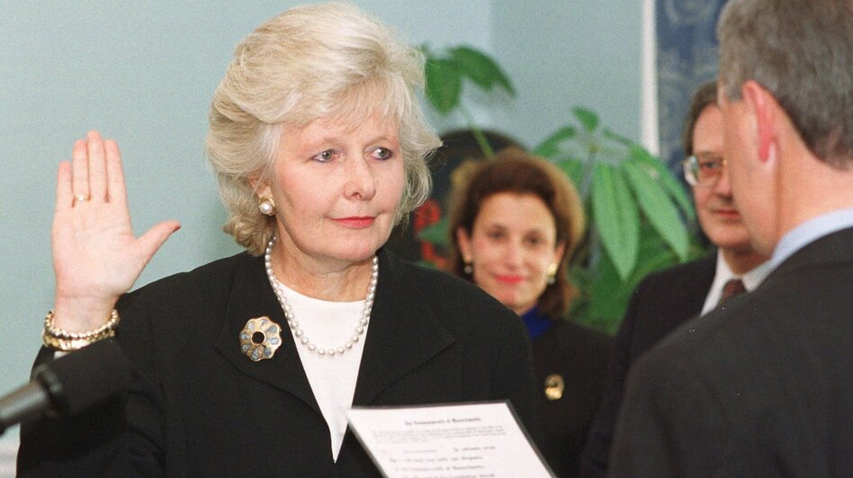 Justice Margaret Marshall is sworn in by Massachusetts Gov. Paul Cellucci as the first female chief justice of the Massachusetts Supreme Judicial Court in 1999. (AP)