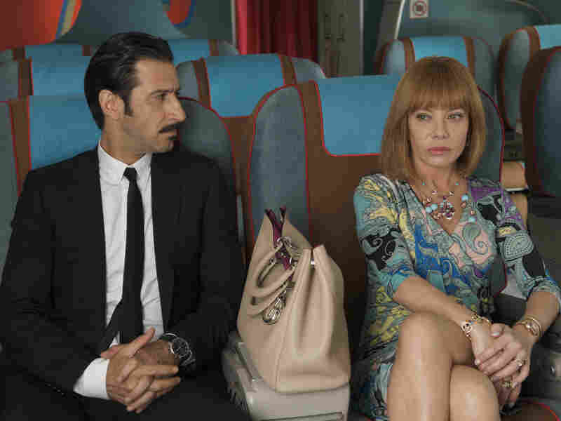 A tabloid queen (Cecilia Roth) learns from a hit man (Jose Maria Yazpik) that two can play at the assassination game.