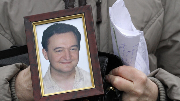 Sergei Magnitsky's mother, Nataliya Magnitskaya, holds a photo of her late son in 2009. (Associated Press)