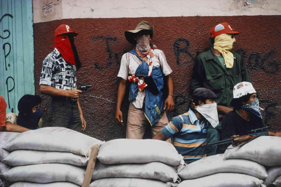 Muchachos await counterattack by the National Guard, Matagalpa, Nicaragua, 1978