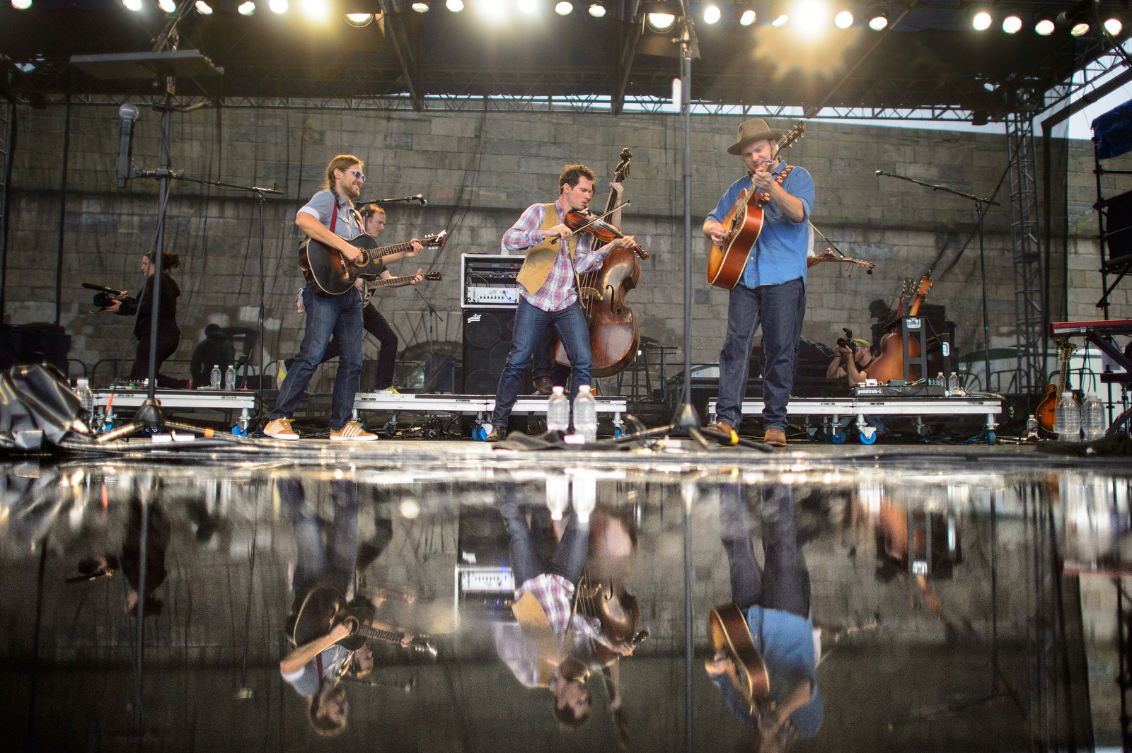 The old-time string-band Old Crow Medicine Show brings out the sun for its closing hootenanny.