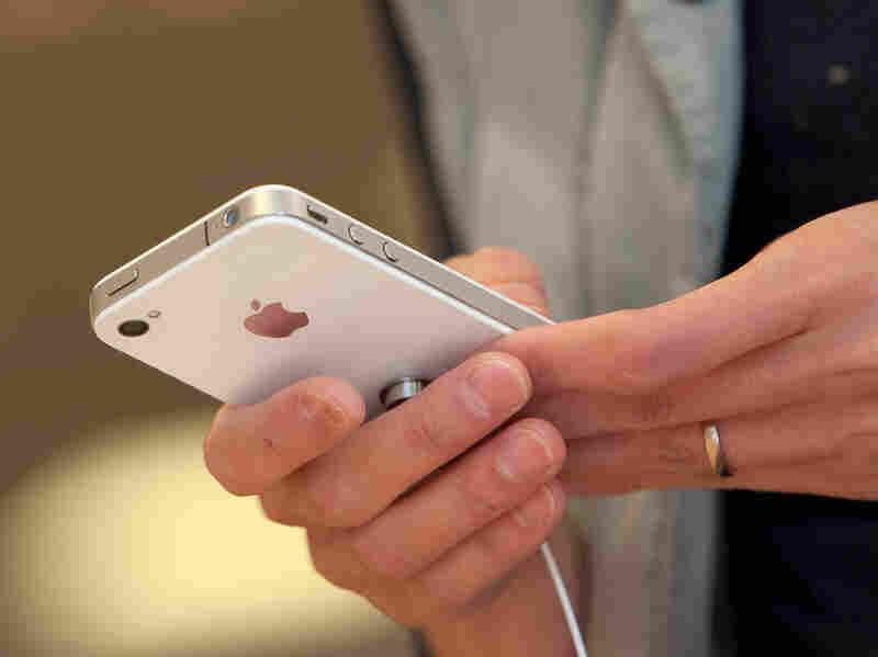 The U.S. Trade Representative has overturned a ban on the import of the iPhone 4 and the iPad 2.