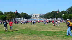 Crowds make their way toward the Lincoln Memorial.