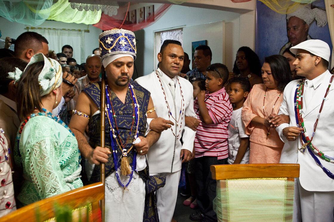 Lors d'une cérémonie de mariage Candomblé à Sao Paulo, le marié, William de Souza Santos, entre dans la pièce accompagné par le jouet de divinité faire? U, qui représente le fer.