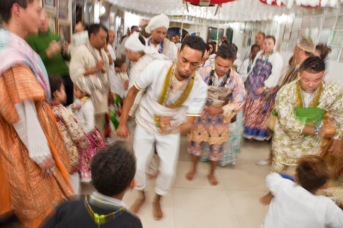 """A un jour de fête sacrée à Sao Paulo, les hommes possédés par Orixas - esprits des dieux - danse avant de s'habiller en costume Orixas.  Ils participent à un parti Olubaje, un Candombl? Rituel é pour le nettoyage de la vie de mauvaises choses et de guérison.  Le principal dieu de ce parti est Omulu, ou «celui avec des pailles"""", le dieu de la vie et de la mort qui est connu pour la guérison des maladies."""