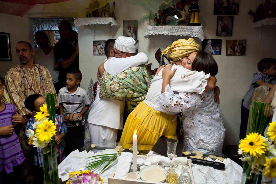La mariée et le marié embrasser le Candomblé?  prêtres après leur cérémonie de mariage.