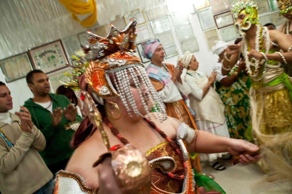 Une femme possédée par le orixa Ians?  - La déesse de tempête, les vents et les orages - danse au centre de la Candombl temple E, dans la ville de Diadema, dans la région métropolitaine de Sao Paulo?.