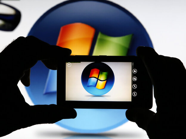 That's a Nokia Lumia 820 smartphone snapping an image of a Windows icon.