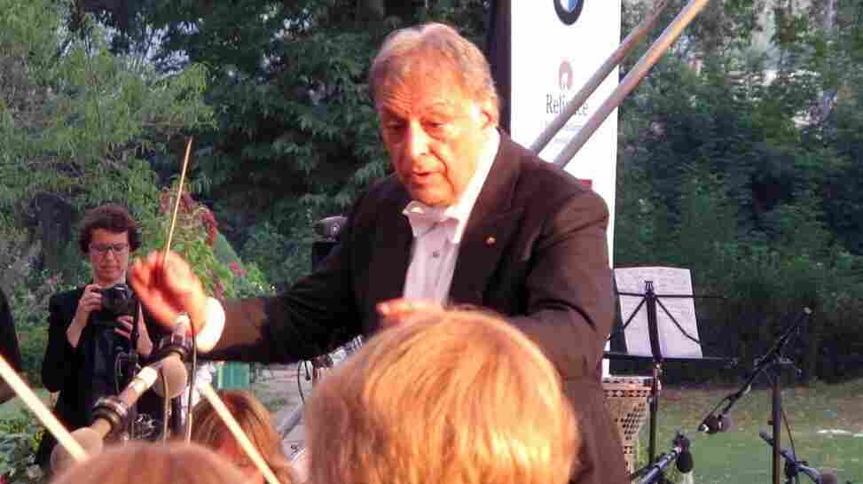 Zubin Mehta conducts the Bavarian State Orchestra in Srinagar, India, on Saturday night. The heavy security surrounding the event was an affront to many citizens of the state, which has chafed under heavy police presence for the better part of two decades.